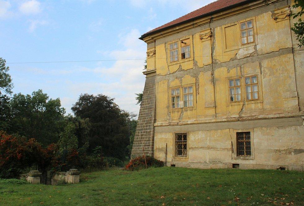 Součástí zámku v Doksanech je i zámecký park.