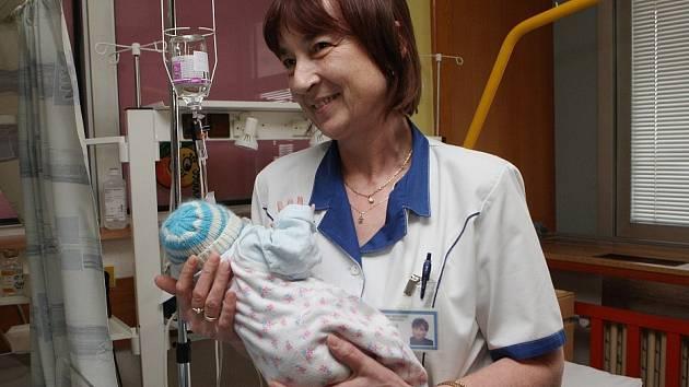 Vrchní sestra Božena Haufová s nalezeným miminkem.