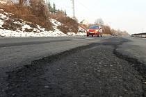 MNOHAKILOMETROVÉ KOLONY, které řidiče    trápily při loňských opravách této silnice,                     by se při těch letošních opakovat neměly.  Po otevření zbývajícího úseku D8 se doprava na silnici I/30 zklidnila.