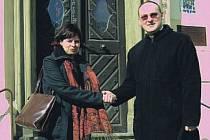 Janu Ryšánkovou vítá generální vikář Stanislav Přibyl.
