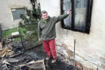 Majitel domu ukazuje, jak mu začaly od žáru hořet rámy oken.