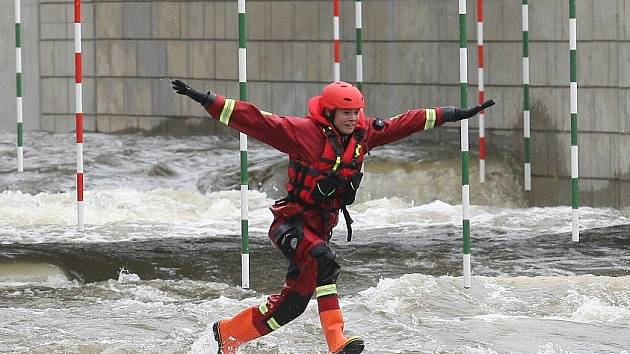 Výcvik hasičů v nové kajakářské dráze u roudnického jezu