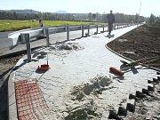 V roce 2010 spojil Vědomice se sousední Roudnicí nový chodník. I to může být jedno z lákadel proč zde zakoupit parcelu.