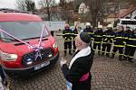 Hasiči z Velkých Žernosek se radují z nového auta Velké Žernoseky.