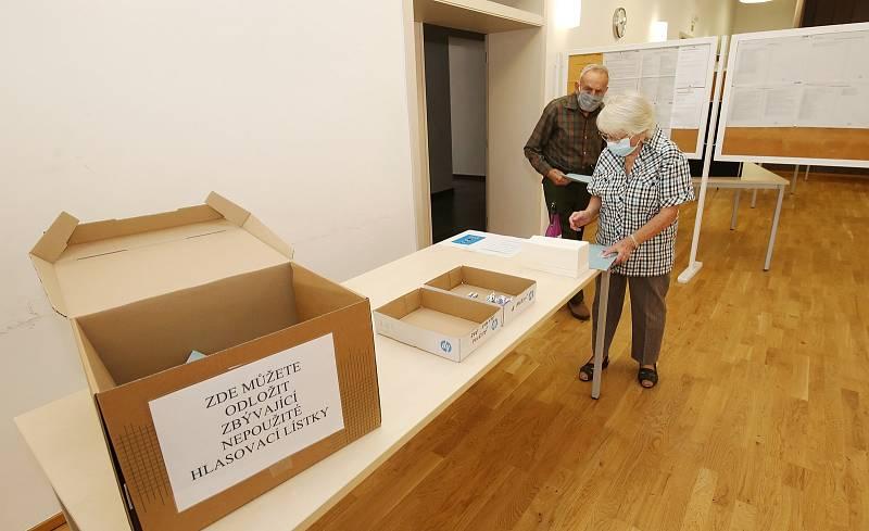 Také v Třebenicích se volí do krajského zastupitelstva. První voliči dorazili hned ve čtrnáct hodin.