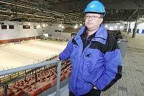 ZIMNÍ STADION v Litoměřicích se díky rekonstrukci změnil k nepoznání. Na snímku vedoucí stavby Michal Novák u zábradlí, odkud mohou sledovat hokej lidé na vozíku.