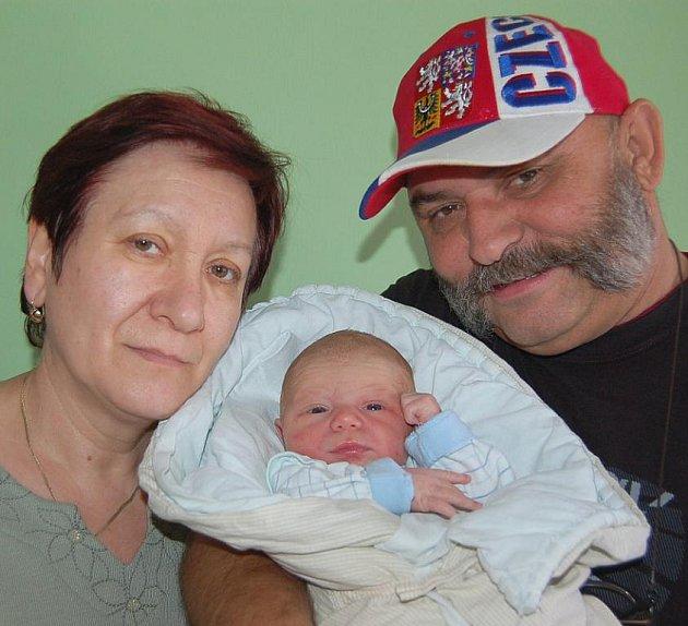 Aleně Vaníčkové a Jiřímu Zůnovi z Lovosic se v litoměřické porodnici 6. září v 7.40 hodin narodil syn Jiří Zůna. Měřil 49 cm a vážil 3,18 kg. Na snímku s prarodiči Alenou a Františkem Vaníčkovými. Blahopřejeme!