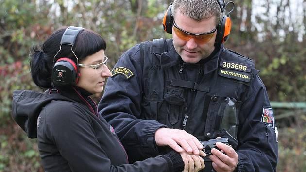 Střelbu si vyzkoušela i redaktorka Deníku Anna Hrochová