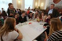 MLADÉHO FÓRA, které se v pátek dopoledne konalo na Základní škole Boženy Němcové v Litoměřicích, se zúčastnilo 55 zástupců litoměřických základních a středních škol i vedení města.