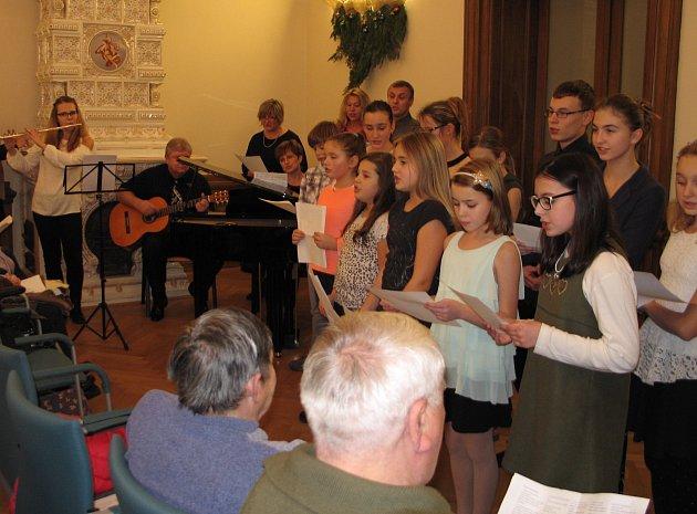 Zpívání koled ze ZUŠ Lovosice v městské knihovně