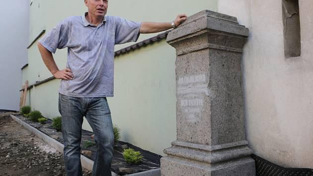 PAVEL STRANKA objevil při úpravě terénu před domem na Tyršově náměstí podstavec busty litoměřického básníka J. E. Hilschera. Spolu s historikem O. Doskočilem teď hledají hlavu.