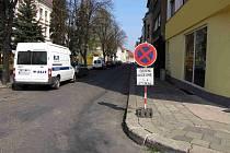 Na čištění ulic jsou řidiči dostatečně předem upozorňováni cedulí.