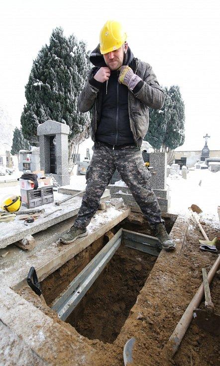 Pracovníci pohřební služby Auriga v Litoměřicích kopají hroby bez ohledu na počasí. Mráz místy i dvacet stupňů pod nulou nemůže zastavit kopání hrobů, je to ale dřina.