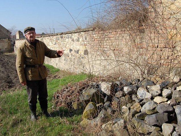 Miloši Zemanovi (na snímku) ze Lkáně se nelíbí desítky tun suti a dalšího navezeného odpadu těsně vedle jeho pozemku. Obecní úřad slibuje odklizení co nejdříve. Na místě skládky by v budoucnu mohl vyrůst bytový dům.