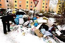 ZABRÁNIT ODPADU volně ležícímu u popelnic a raději podporovat třídění – touto cestou chtějí jít i města a obce na Litoměřicku. Poplatek za odpad zatím neplánují zvyšovat, i když mohou.