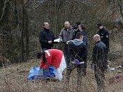 Policie a zdravotníci na místě nálezu těla v Třebouticích