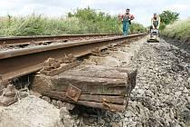 Oprava železniční tratě poničené velkou vodou.