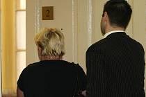 OBŽALOVANÉ se u soudu podařilo skrýt svou tvář před objektivy fotografů.