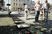 Na dlažbě na náměstí byly znovu fotografie