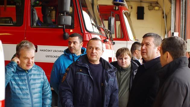 Místopředseda vlády a ministr vnitra Jan Hamáček (druhý zprava) navštívil hasiče ve Štětí