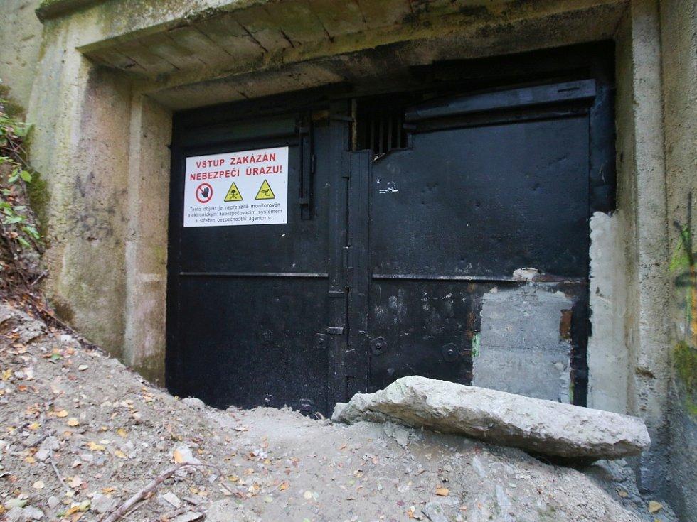 Vstup do podzemní továrny Richard je zabetonovaný a střeží ho kamera