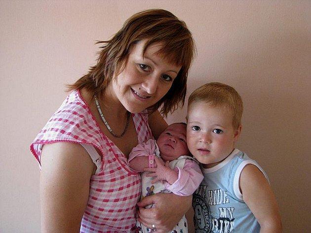 Haně a Michalu Balcarovým z Roudnice nad Labem se v litoměřické porodnici 15. srpna ve 22.45 hodin narodila dcera Anička Balcarová. Měřila 51 cm a vážila 3,5 kg. Na snímku i s bratrem Ondřejem. Blahopřejeme.