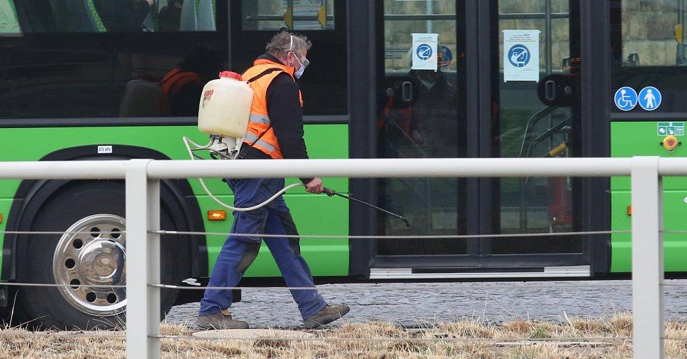 Technické služby dezinfikují chodníky a zábradlí na autobusovém nádraží v Litoměřicích