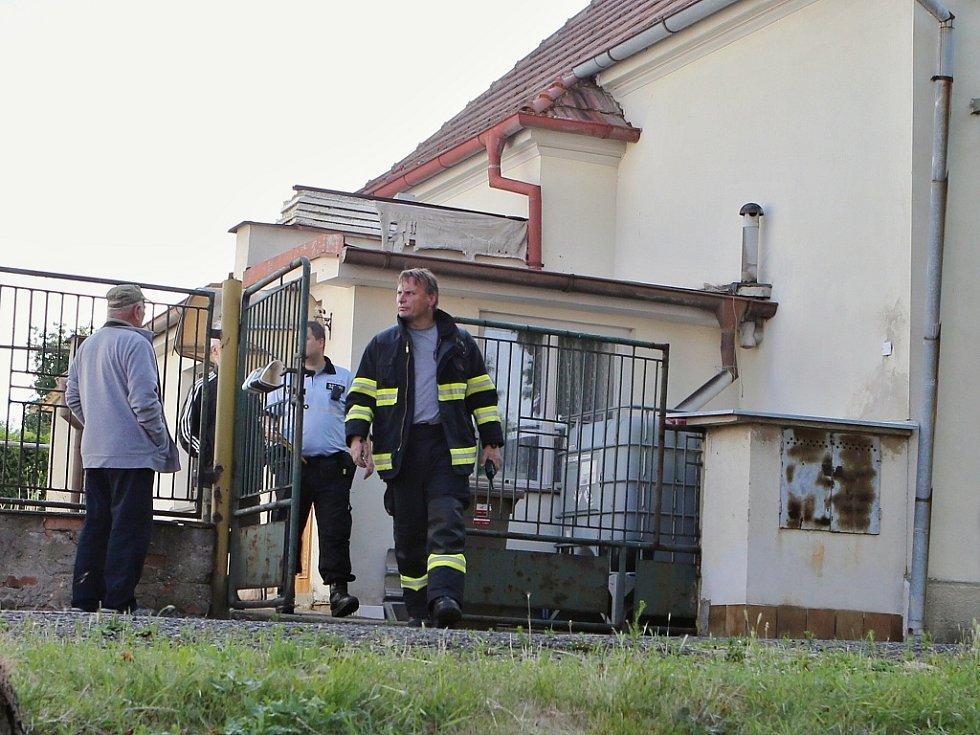 V domě, kde k nehodě došlo, zasahovali policisté, záchranáři i hasiči