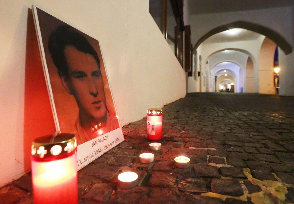 Pietní akt u příležitosti padesátého výročí upálení Jana Palacha se konal ve středu v podvečer u městského úřadu v Litoměřicích.