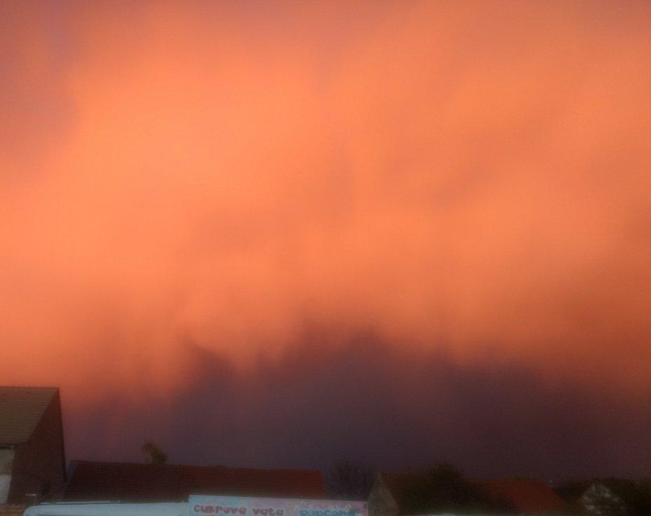 Prvomájový ohnivý mrak 2020 nad obcí Ředhošť.
