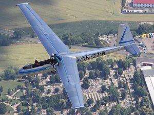 Unikátní snímky z nácviku seskoku parašutisty z křídla letadla