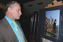 Místostarosta Jiří Landa si prohlédl vystavené fotografie.