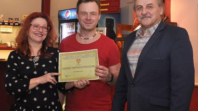 Na snímku starosta Ladislav Chlupáč, vedoucí kinokavárny Petr Bursa a Věra Kmoníčková, ředitelka Městských kulturních zařízení Litoměřice při předávání certifikátu.