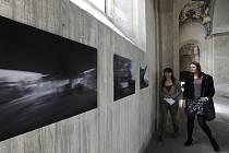 V bývalém jezuitském kostele je nová výstava: Fotograf Fuxa a sochař Zeithamml