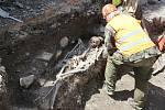 Archeologové na náměstí odkryli zbytky pohřebiště