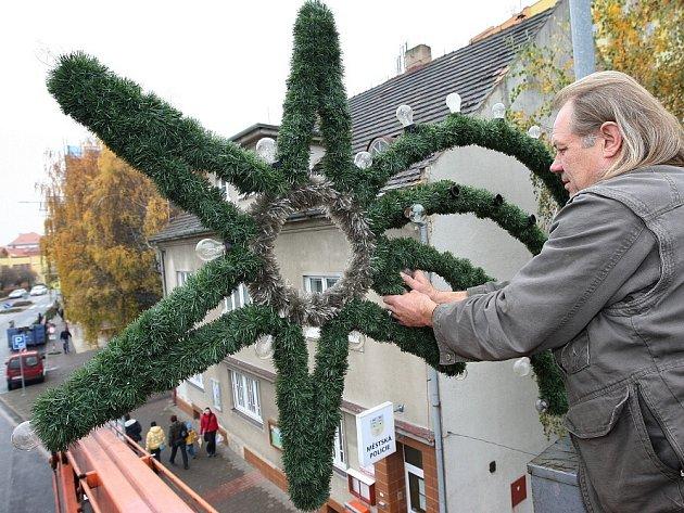 Příprava vánoční výzdoby v Lovosicích