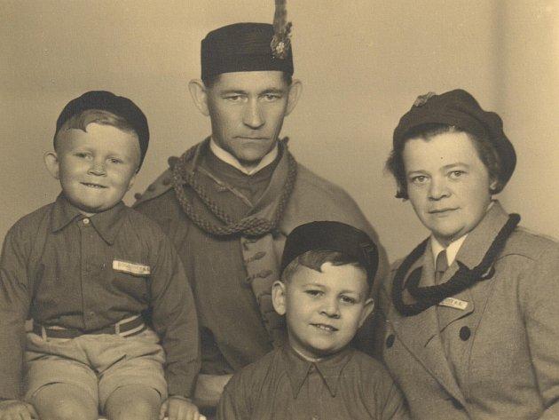 SOKOL Pavel Mošťák (uprostřed) s rodiči a bratrem v roce 1938.