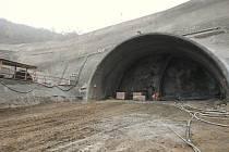 KUBAČKA. Navzdory útokům ekologů pokračují práce na stavbě dálnice bez větších potíží. Na snímku je tunel Kubačka, kde nyní probíhají betonovací a armovací práce.