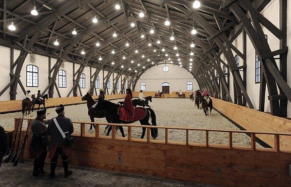 JÍZDÁRNA. Nová chlouba Terezína bude znovu sloužit svému původnímu účelu. Vminulosti tu byly garáže a opravna vojenských nákladních vozidel. Poté budova deset let chátrala.