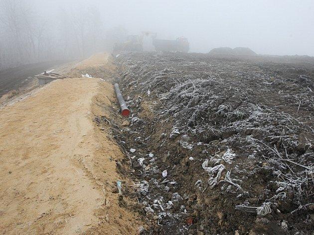 OD ROKU 2009 se o rekultivaci skládky Dubí Hora jen mluvilo. Od září 2013 se plány staly skutečností. Místo, které vypadalo jako louka, bylo zavezené stovkami tun odpadu.