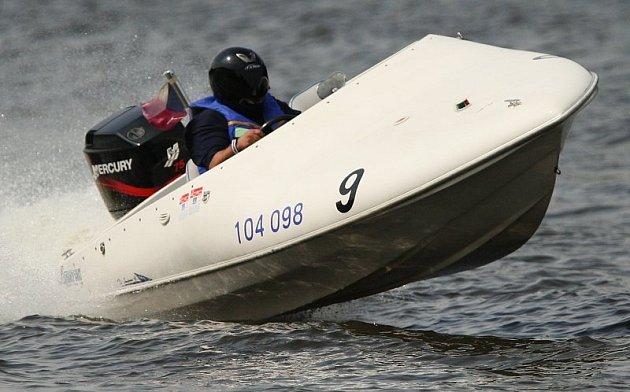 Rychlé motorové čluny pluly v Roudnici.