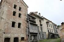 NA ODPIS. V havarijním stavu je střecha pivovaru, štít i krovy. Do objektu zatéká, dřevo uvnitř ohrožuje dřevomorka a hniloba. Takto o nynějším stavu budovy hovoří zpráva památkářů.