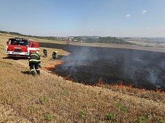 K požáru strniště na poli pod Bílou strání vyjelo ve čtvrtek odpoledne několik hasičských jednotek.