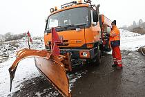 Řidič Vojtěch Janda se svou tatrovkou vybavenou sypací nástavbou pro sůl a zkrápěcím zařízením pro solanku vyjížděl ošetřit silnici I/15 z Litoměřic do Kravař.