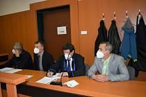 Obžalovaní dozorci Jaroslav Nepovím (v černém obleku) a Miroslav Hupka (v šedém saku) se i se svými obhájci Pavlem Polákem a Josefem Kopřivou vrátili k Okresnímu soudu v Litoměřicích.