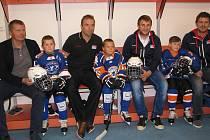 NOVÉ výstroje přivezli včera na trénink nejmenších hokejistů zástupci ČSLH.