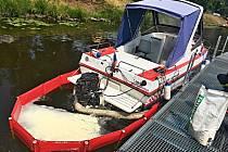 Ze člunu u Střeleckého ostrova v Litoměřicích unikal olej. Hasiči zabránili šíření látky do okolí.