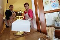Roudnická cukrárna Dortletka prodává přes okénko