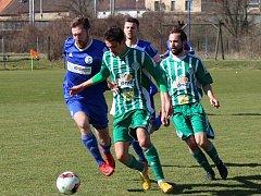 Fotbalisté SK Hrobce (v modrém) podlehli Hostouni 0:3.