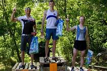 První trojice v kategorie do 40 let – zleva 2. Michal Škobrtal, vítěz Adam Kouba a 3. Jan Rada
